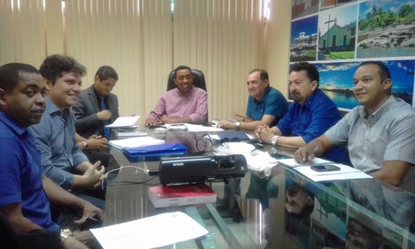 Em coletiva, Joel Rodrigues fala sobre pagamento dos servidores municipais.(Imagem:FlorianoNews)