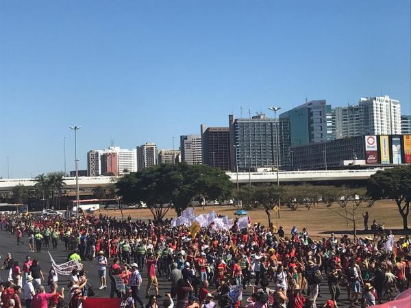 BRASÍLIA, 10h: manifestantes protestam na Esplanada dos Ministérios contra cortes na educação.(Imagem:Afonso Ferreira/G1)