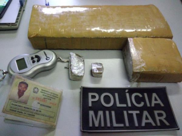 Após denúncia, Polícia apreende mochila com droga prensada em Floriano.(Imagem:Divulgação/PM)