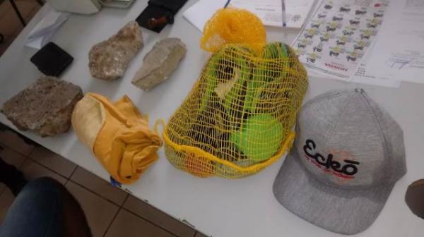 Pedras e objetos apreendidos com o suspeito.(Imagem:FlorianoNews)