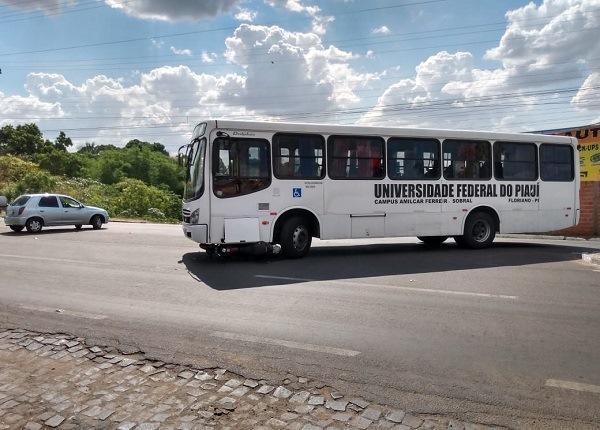 Motocicleta vai parar embaixo de ônibus em acidente em Floriano.(Imagem:Divulgação/Whats App)