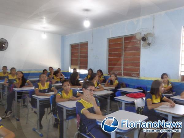 Crianças recebem Repórter Amarelinho.(Imagem:FlorianoNews)