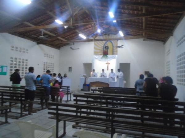 Sob chuva, fieis participam da abertura dos festejos de Santa Rita em Floriano.(Imagem:FlorianoNews)