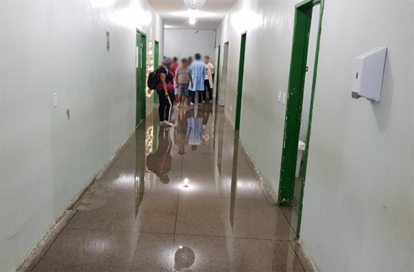 Corredores do Hospital Regional Tibério Nunes ficaram alagados.(Imagem:Divulgação)