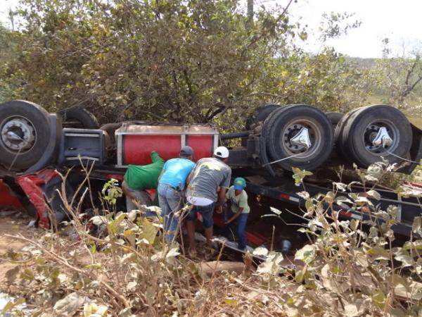 Carreta tombou em curva da localidade Vereda Grande.(Imagem:FlorianoNews)