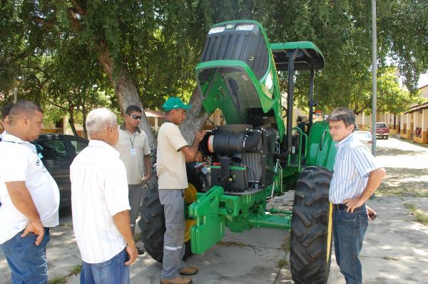 Prefeitura de Floriano entrega tratores a produtores rurais.(Imagem:Valdemir Miranda)