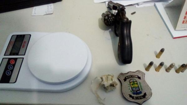 Balança de precisão e armas foram apreendidas com os suspeitos.(Imagem:Divulgação/Polícia Civil)