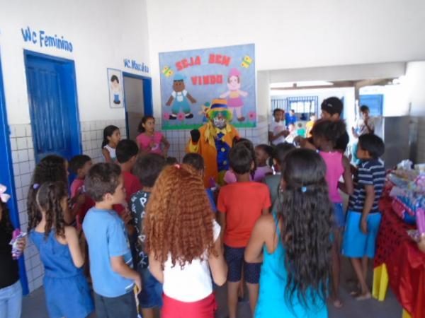 Na véspera do Dia das Crianças, Palhaço Carrapeta distribui bombons na zona rural de Floriano.(Imagem:FlorianoNews)