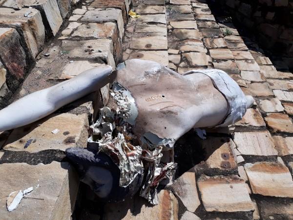 Imagem de Cristo que estava no Santuário João Paulo II foi totalmente destruída.(Imagem:Portalcidadeluz)