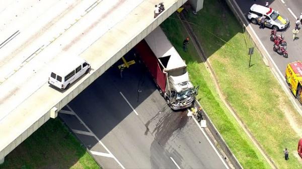 Caminhão também se envolveu em acidente com helicóptero.(Imagem:TV Globo/Reprodução)