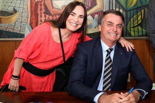 Regina Duarte posa com o presidente Bolsonaro no Palácio do Planalto.(Imagem:Marcos Correa/Presidência/AFP)