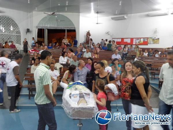 Paroquianos acompanham velório de Frei Vicente Cardone.(Imagem:FlorianoNews)