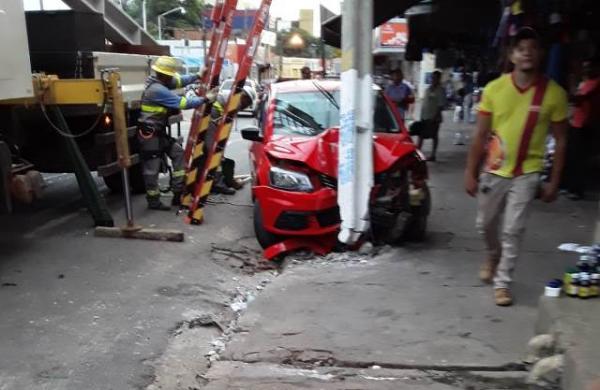 Carro desgovernado derruba poste e deixa parte do Centro de Floriano sem energia.(Imagem:Divulgação)