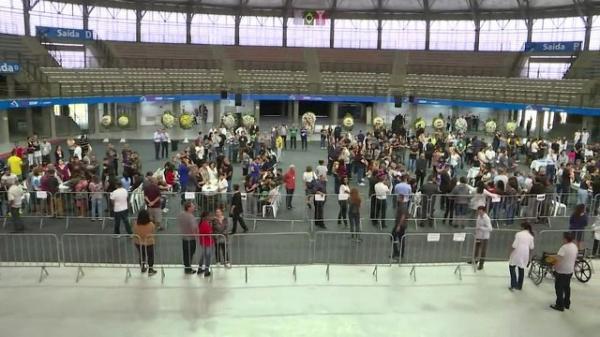 Vítimas do massacre são veladas em Suzano.(Imagem:Reprodução/GloboNews)