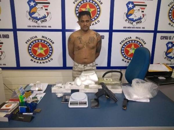 Florianense é detido em barreira policial com drogas e arma pertencente a PM do Piauí.(Imagem:PM/MA)