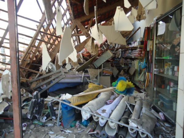 Telhado de loja cai e uma funcionária fica ferida em Floriano.(Imagem:FlorianoNews)