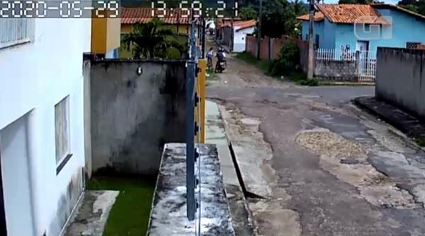 Câmera de segurança registrou momento em que garota reage a assalto no Piauí.(Imagem:Reprodução)