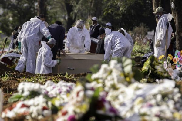 Enterro de vítima do coronavírus.(Imagem:BRUNO ROCHA/FOTOARENA/ESTADÃO CONTEÚDO)