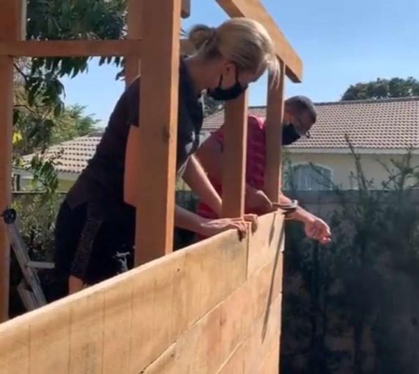 Ana Hickmann ajuda a construir casa na árvore para seu filho(Imagem:Reprodução)