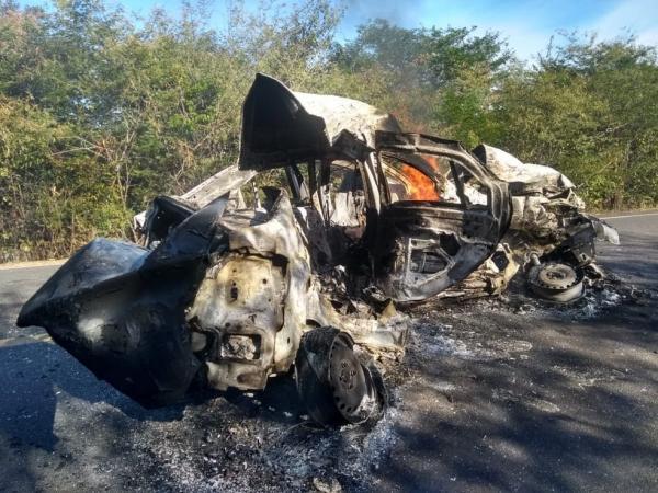 pessoas morreram carbonizadas após colisão frontal entre um caminhão e um carro(Imagem:Reprodução)