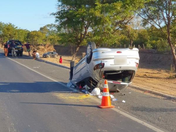 Carro capota e outro sai da rodovia após tentativa de ultrapassagem na BR-316, em Teresina.(Imagem:Divulgação PRF)
