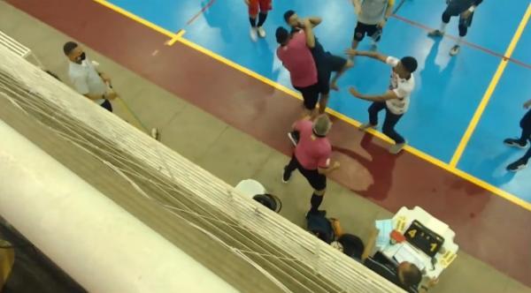 Goleiro agride árbitro e é derrubado com golpe no pescoço em confusão generalizada(Imagem:TV Cajuína)