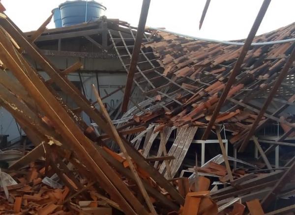 Forte vento pode ter provocado queda do teto de galpão sobre funcionários no PI(Imagem:Reprodução)