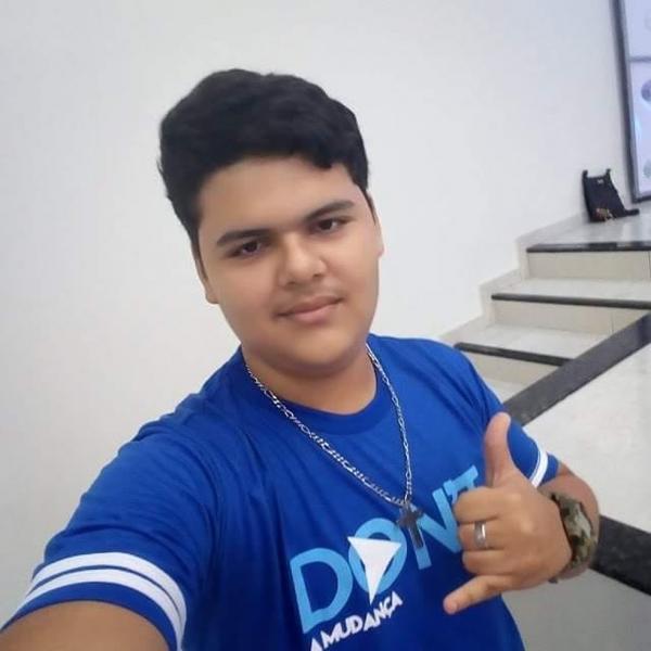 Luigi Nascimento Sousa Sodré, de 15 anos, morreu após descarga elétrica por celular ligado à tomada no PI.(Imagem:Reprodução/Facebook)