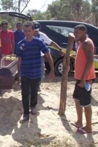 Irmão e amigos durante enterro de Edson Piauí.(Imagem:Piauí Notícias)