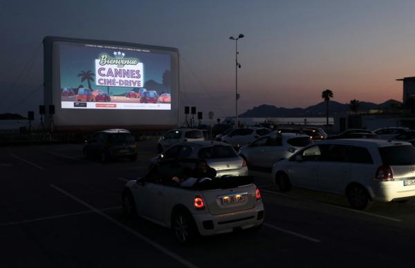 Público assiste a E.T(Imagem:REUTERS/Eric Gaillard)