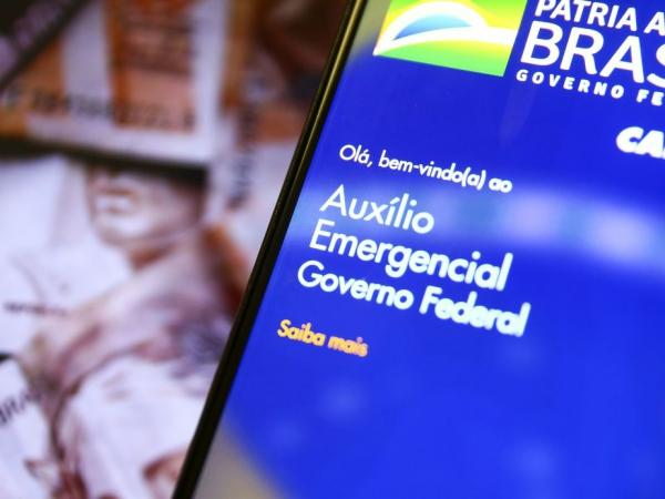 Beneficiários do Bolsa Família vão poder sacar a 6ª parcela do auxílio, agora no valor de R$ 300, a partir de quinta-feira (17).(Imagem:Marcelo Camargo / Agência Brasil)