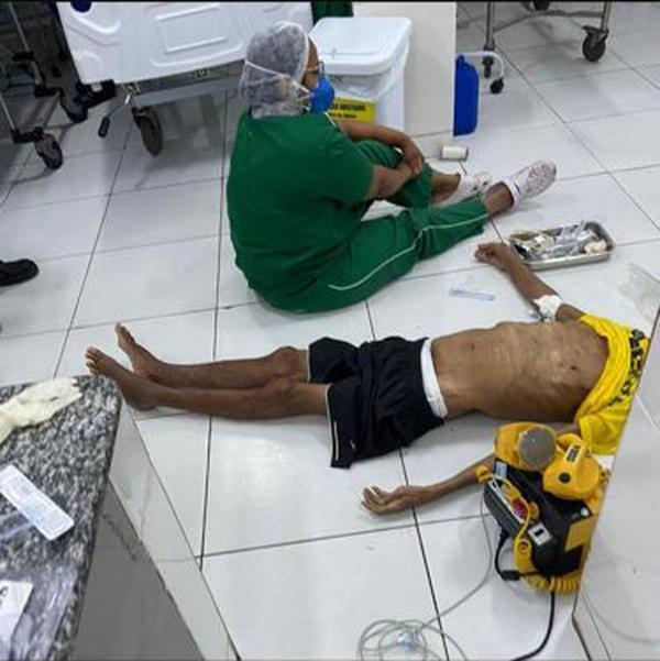 Paciente foi atendido no chão por falta de maca em Unidade de Pronto Atendimento, em Teresina(Imagem:Reprodução)