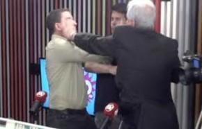 Jornalista agride Glenn Greenwald em programa ao vivo.(Imagem:Hoje em Dia)