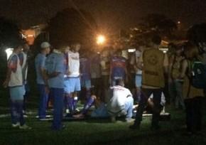 Testinha foi atendido ainda no gramado de demorou para se levantar(Imagem:Fábio Lima)