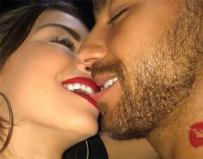 Atriz posta foto com namorado e confunde fãs:
