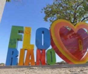 O letreiro de Floriano, um dos pontos turísticos do Cais, necessitou de reparos após sair de seu eixo por conta de danos de mau uso e fortes ventanias nos últimos dias.  O letreiro(Imagem:Reprodução)