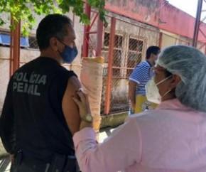 Além dos profissionais de segurança e de salvamento, a Fundação Municipal de Saúde (FMS) está dando continuidade à imunização dos profissionais de saúde de estabelecimentos público(Imagem:Reprodução)