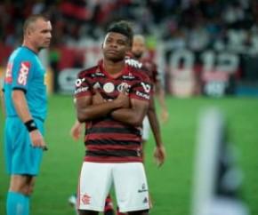 Flamengo sofre, mas bate Botafogo e mantém 8 pontos de vantagem para o Palmeiras.(Imagem:Estadão Conteúdo)