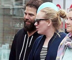 Quase dois anos após o anúncio da separação, Adele e seu ex-marido, Simon Konecki, chegaram a um acordo final sobre os termos do divórcio. De acordo com a revista People, ambos ent(Imagem:Reprodução)