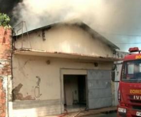 A queima do material de borracha armazenado dentro do galpão provocou uma grande fumaça, que pode ser vista de vários pontos da cidade. O incêndio também atingiu o telhado do depós(Imagem:Reprodução)
