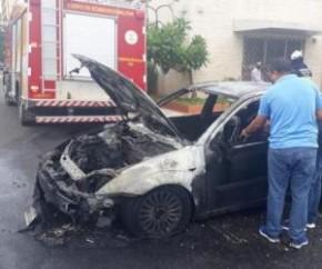 ?Na saída do estacionamento do estabelecimento, os populares o alertaram sobre o incêndio. O motorista tentou apagar as chamas com um extintor, mas não conseguiu?, disse.  Os bombe(Imagem:Reprodução)
