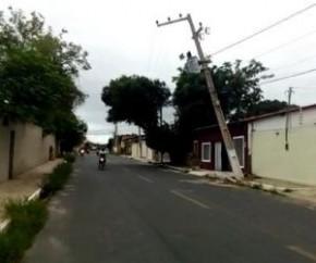 Por um fio: Poste segurado por fiação oferece riscos em via de Floriano.(Imagem:PiauíNoticias)