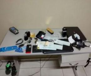 Dupla é presa com 40 celulares e controle universal de carro em Picos.(Imagem:Reprodução/PM)