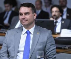 O senador Flávio Bolsonaro (Republicanos-RJ) sofreu um acidente de quadriciclo na praia da Taíba, em São Gonçalo do Amarante (CE), neste sábado (17). De acordo com a prefeitura do(Imagem:Reprodução)