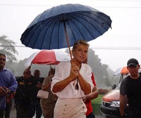 No Piauí, Xuxa atende fãs na chuva e relembra entrega de ambulância há 20 anos.(Imagem:Wilson Filho/Cidade Verde)