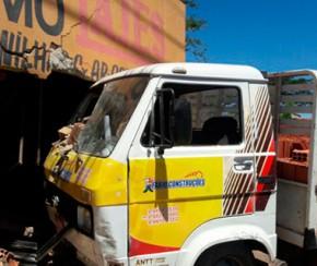 Caminhão carregado de tijolos perde controle e invade depósito no Dirceu.(Imagem:Cidadeverde.com)