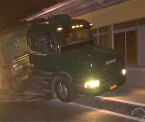 Carreta fica presa em rampa de estação de passageiro da BR-316.(Imagem:Cidadeverde.com)