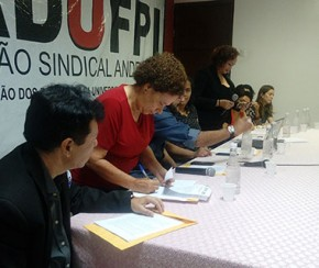 Regina Sousa assina termo de compromisso com a educação.(Imagem:Ascom)