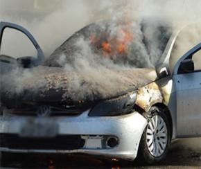 Carro pega fogo dentro da UFPI e assusta família e estudantes.(Imagem:Manoel Eduardo)