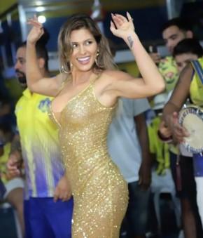 De look transparente, Lívia Andrade samba muito em ensaio.(Imagem:Divulgação)